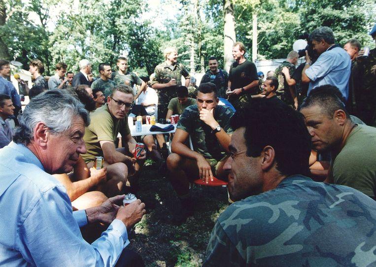 Minister president Kok praat met VN-militairen in het VN-Kamp Pleso. De soldaten maakten de inname mee van de moslimenclave Srebrenica door de Bosnische Serviers en werden ruim een week door eenheden van generaal Mladic in grijzeling gehouden. Beeld ANP