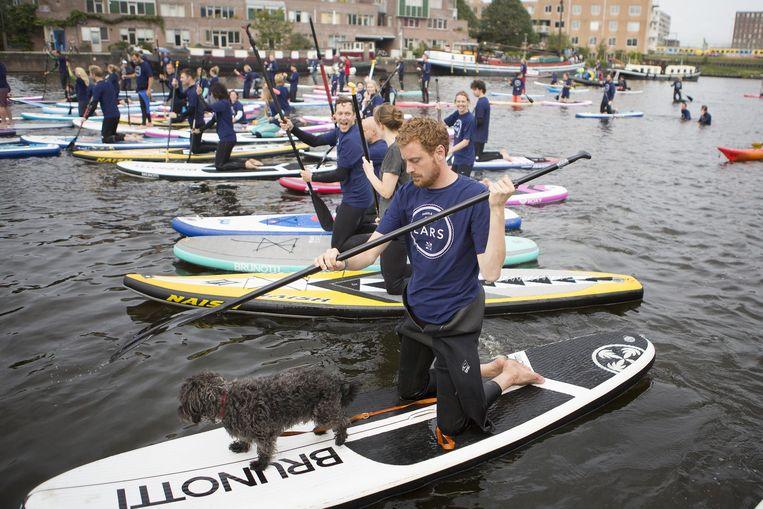 Deelnemers aan het evenement Paddle for Lars. Beeld Julius Schrank/ de Volkskrant