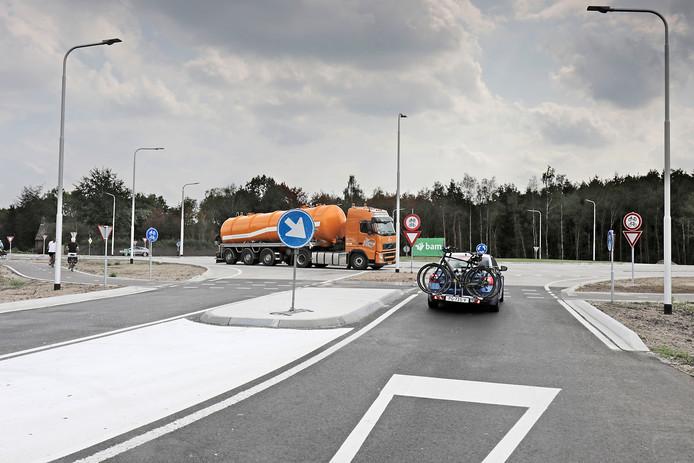 De rotonde in de N324 bij Schaijk.  Vrachtwagens die over deze weg rijden moeten wellicht in de toekomst tol gaan betalen.