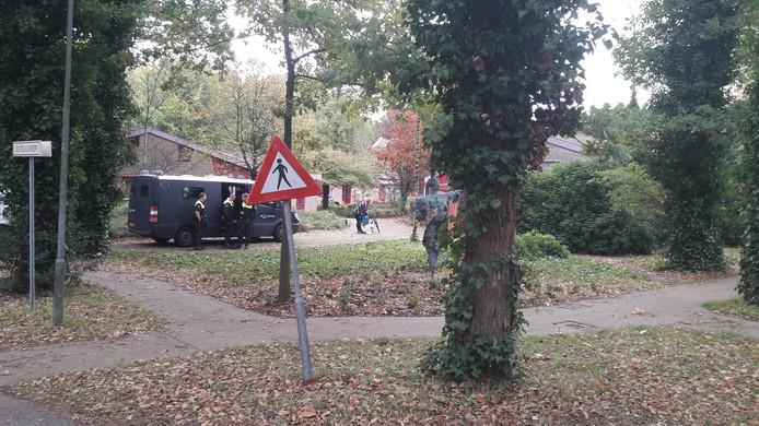 Op het terrein van Altrecht staat een busje van de ME.