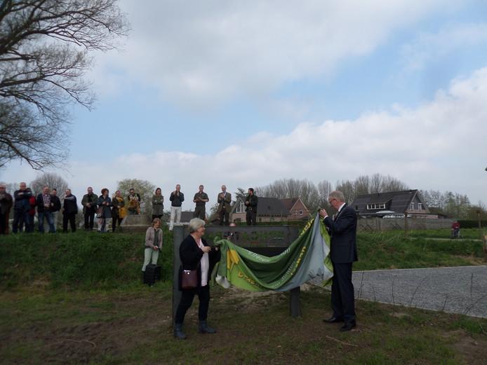 Hannie Visser van Erfgoed Altena en burgemeester Arie Noordergraaf onthullen een informatiebord bij hetr educatieparkje over de Eerste Wereldoorlog.