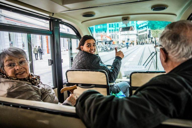 Chauffeur Youssef met Monique en Daniël in de wandelbus.
