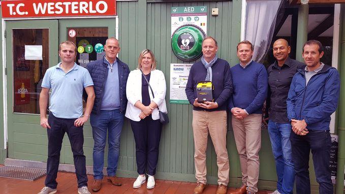 Leden tennisclub investeren mee in defibrillator