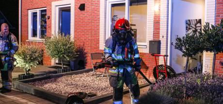 Bonken op de deur en loeiende sirenes: hulpdiensten doen van alles om inwoner Espel wakker te krijgen na woningbrand
