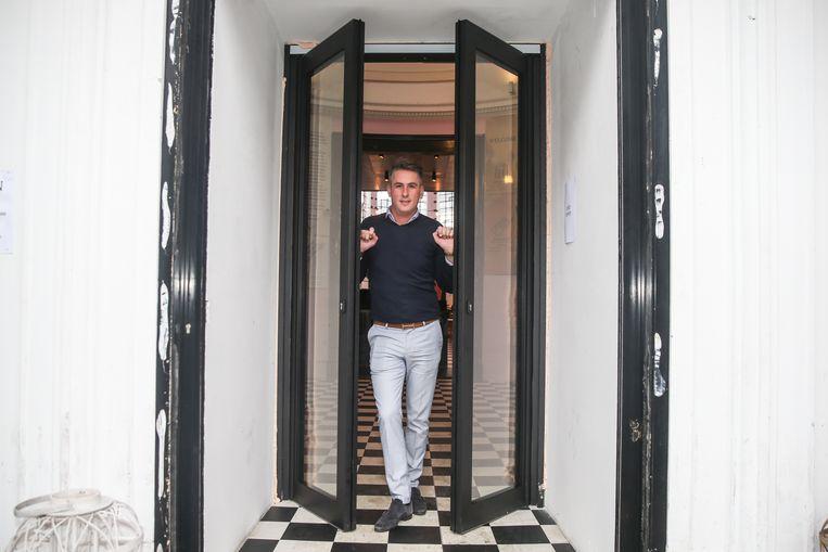 Ladislas Leys bij zijn nieuwe deur in de Holy Food Market.