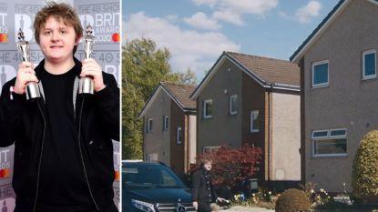 BINNENKIJKEN. Lewis Capaldi heeft 10 miljoen euro op de bank staan, maar woont nog thuis op zijn oude kamer