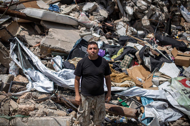 Ahmed al Hajj bij de puinhopen in Karantina, waar hij woonde tijdens de ramp op 4 augustus. Hij keert nog elke dag terug naar de ruïne van zijn oude huis.  Beeld Diego Ibarra Sánchez
