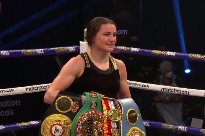 Katie Taylor behoudt de WBC, WBA, IBF en WBO lichtgewicht titels tegen Miriam Gutierrez.
