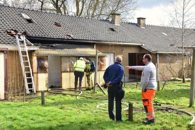 De brand vernielde de achterbouw van de leegstaande woning, maar tastte ook de dakgoot aan.