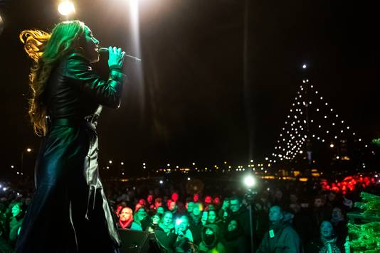 Glennis Grace, de finaliste van de America's Got Talent, gaf de twintigste onthulling van de boom extra glans.