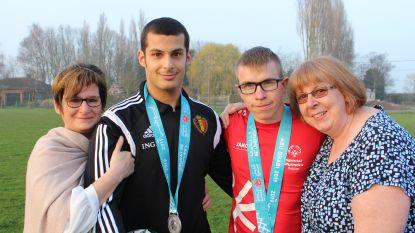 Bram en Mike scoren zilver op Special Olympics, hun ouders zijn zó trots op hun voetballende zonen