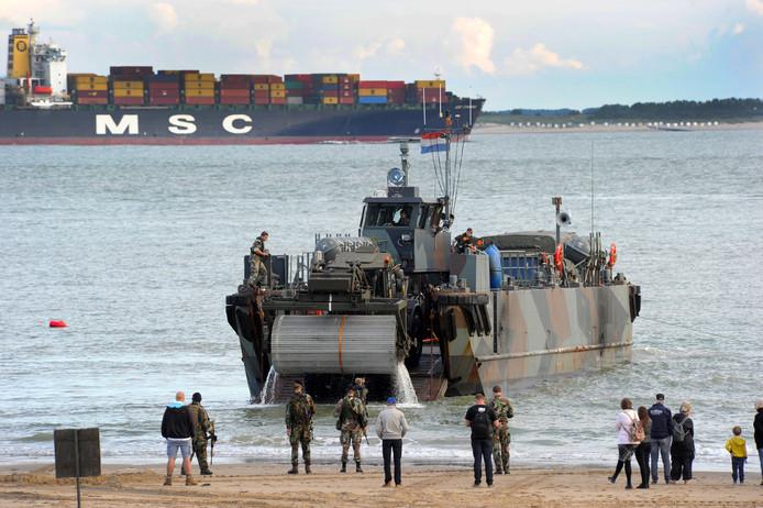 Mariniers oefenen op het strand in Vlissingen.