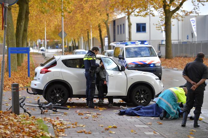 De fietser is met onbekende verwondingen naar het ziekenhuis gebracht.