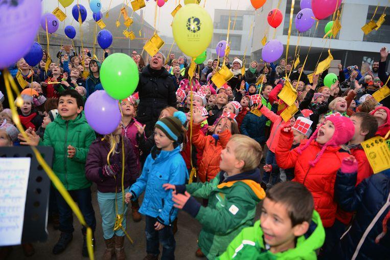 Kinderen laten ballonnen op tijdens de korte plechtigheid.
