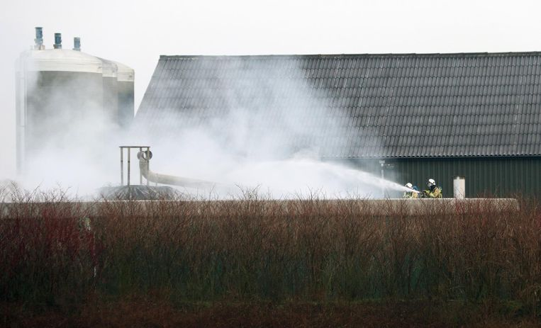Brandweerlieden blussen de biogasinstallatie bij het bedrijf Agrogas.