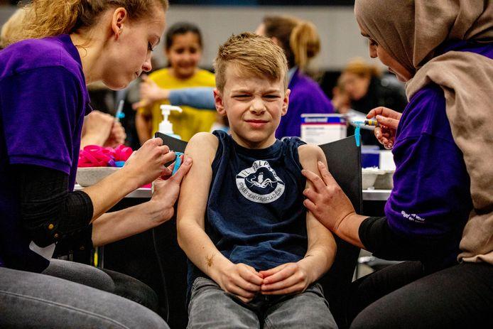 Kinderen worden gevaccineerd tijdens een vaccinatiedag in Ahoy.