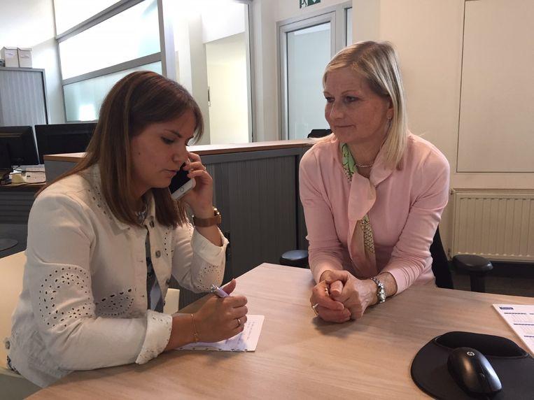 De herverkiezing van de gemeenteraad in Bilzen vergt gezien de korte termijn waarin de verkiezing moet voorbereid worden, extra werk. Op de foto: Carina Jamaer en Anke Van Severen, coördinator van de verkiezingen en juriste bij de stad.