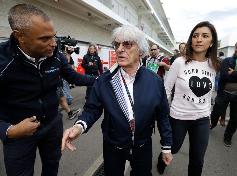 Bernie Ecclestone (midden) met zijn vrouw Fabiana Flosi. Beeld ap