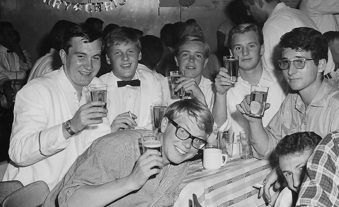 Oudjaarsavond 1965 in de messroom van het s.s. Rotterdam. Staand, tweede van links Leo.