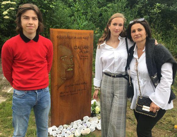 Roman, Lily en Gaïana, bij de gedenkplaat en de witte keitjes