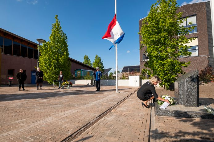 Burgemeester Tanja Haseloop legt een krans bij het - vorige week verplaatste - oorlogsmonument in Wezep.