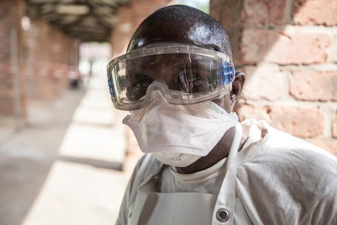 Morgen beginnen de  behandelende artsen met inentingen tegen het dodelijke ebolavirus.