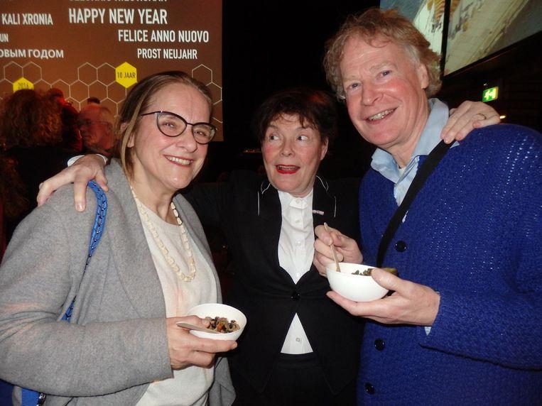 Theatermaker Karina Holla (m): 'Ja, dat is goed, want ik kom veel te weinig in de krant.' Ook met vertelster Anne van Delft (l) en producent Henk van Riemsdijk Beeld Schuim