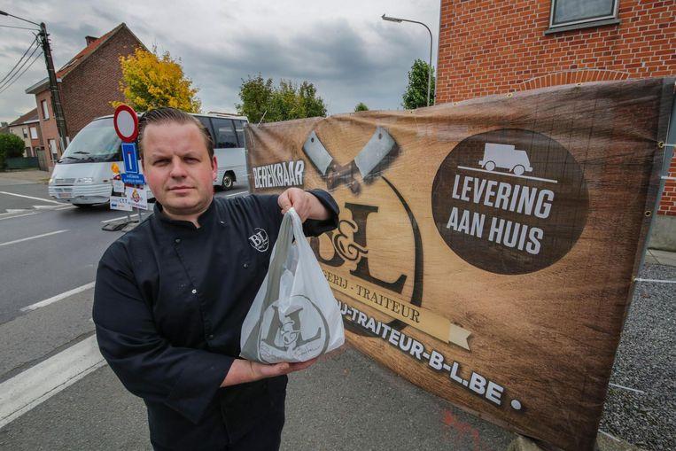 Bjorn De Coninck van slagerij B&L zal elke dag twee keer een ronde organiseren, waarbij hij de bestelde vleeswaren bij de klanten aan huis levert.