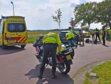 Fietsers geschept door auto bij Wanneperveen