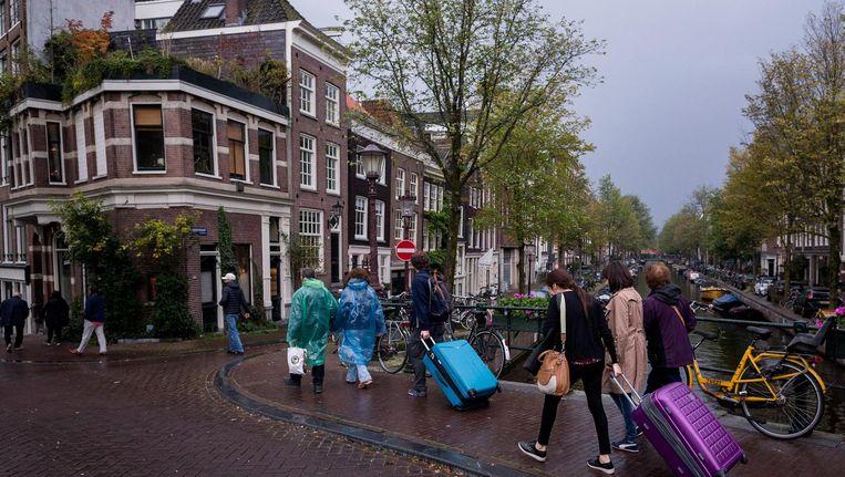 Het aantal rolkoffers zal slinken, omdat Amsterdammers volgend jaar hun woning nog maar dertig dagen mogen verhuren. Beeld Rink Hof