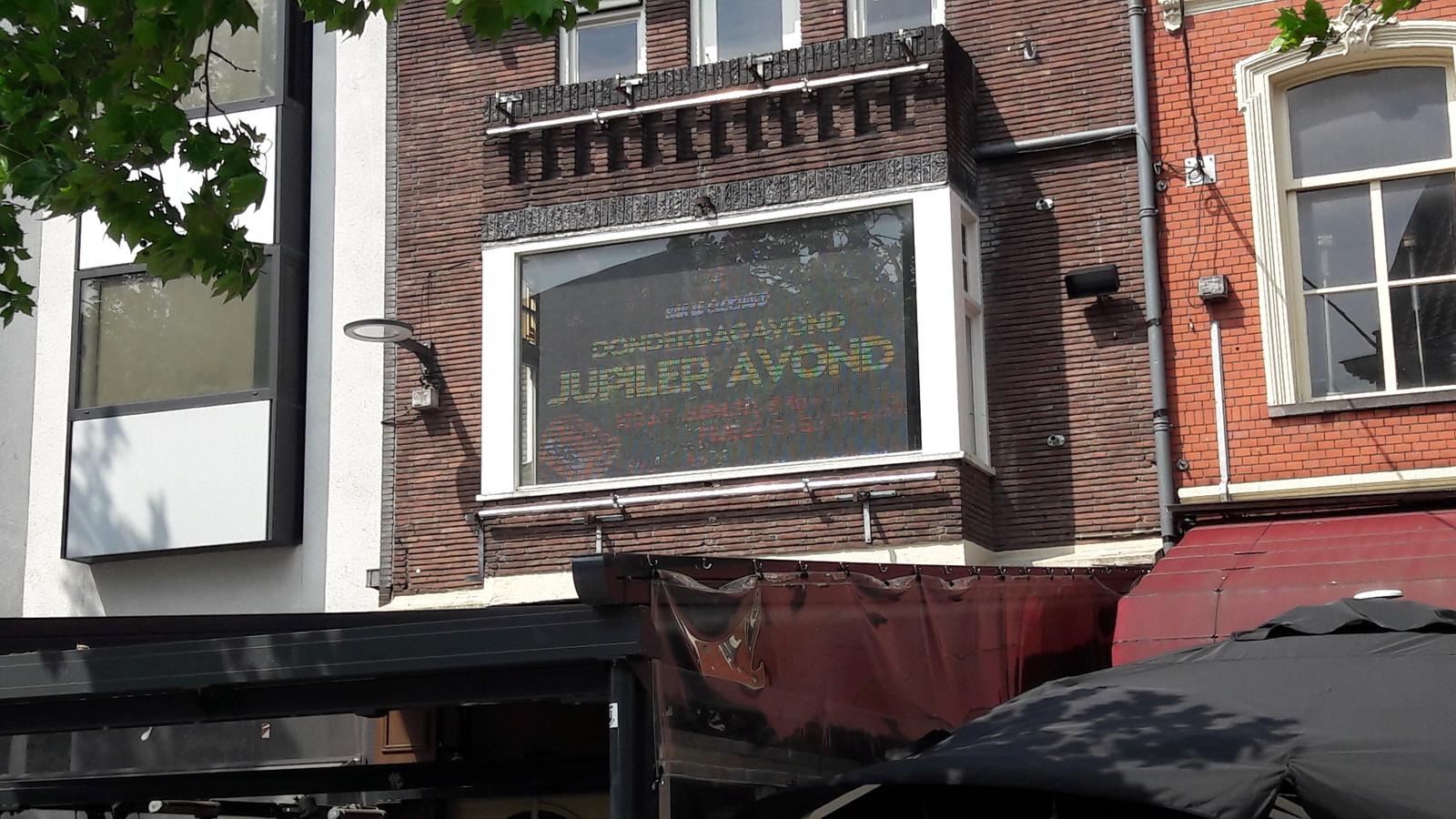 Slimme oplossing aan de Korte Heuvel: tegen een beeldscherm achter het raam is het lastig optreden.