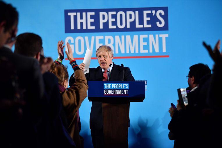 De Britse premier en leider van de conservatieven, Boris Johnson, spreekt zijn aanhangers toe om het resultaat van de algemene verkiezingen te vieren in Londen. Beeld AFP