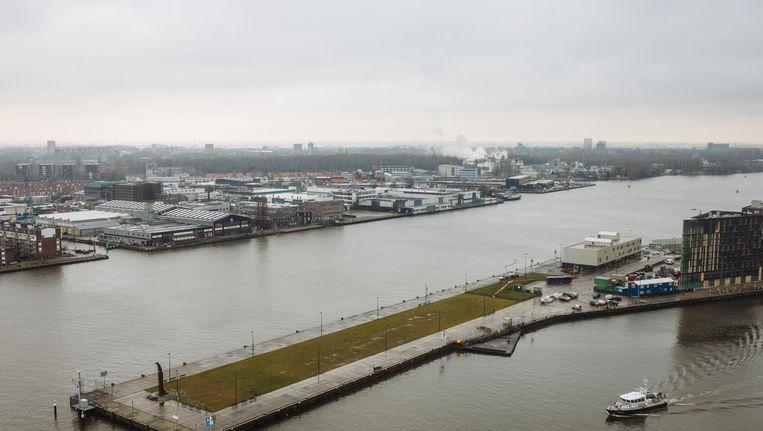 Achter het beeld Zeeman op de uitkijk blijft het leeg, als tegenwicht voor de vele hoogbouw aan het IJ Beeld Marc Driessen