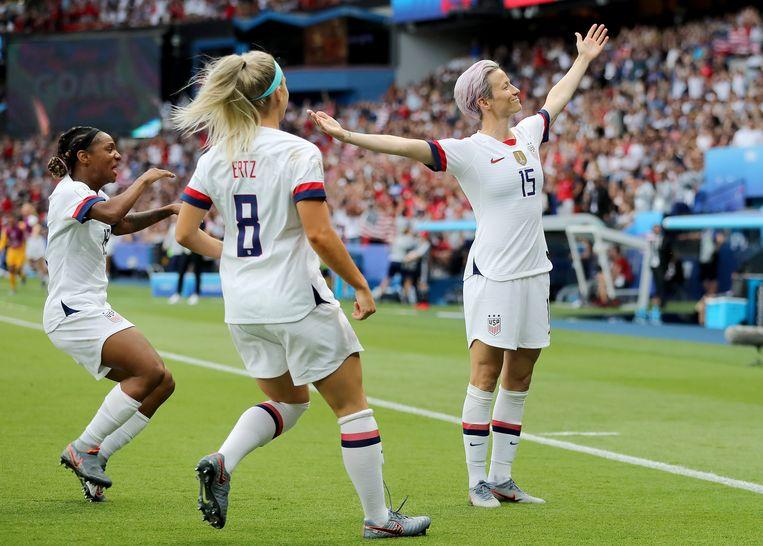 Megan Rapinoe (r) viert een doelpunt met ploeggenoten Crystal Dunn (l) en Julie Ertz, in de kwartfinale tegen Frankrijk Beeld Getty Images
