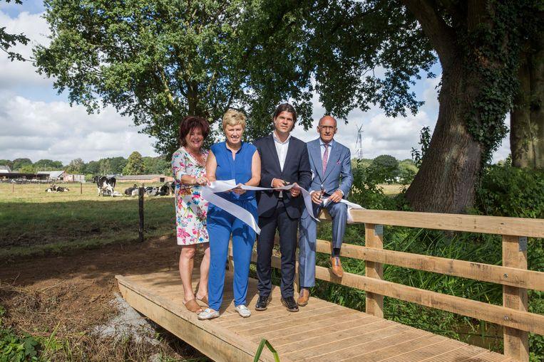 Schepen Gerda Broeckx en burgemeester Tine Gielis van Laakdal, Limburgs gedeputeerde Igor Philtjens en burgemeester Dirk De Vis van Ham op de nieuwe brug.