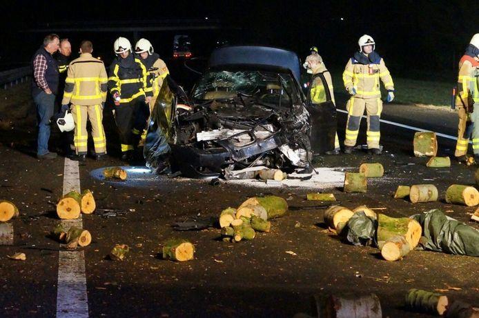 De A18 ligt bezaaid met houtblokken, die uit een geschaarde auto met aanhanger zijn gevallen.