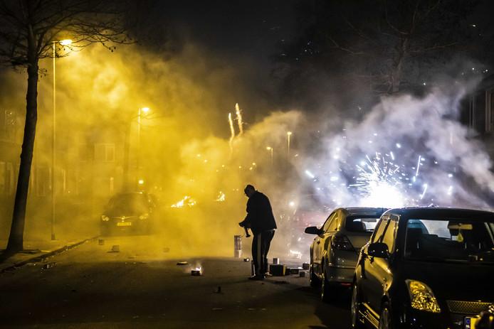De wijk Paddepoel in Groningen tijdens oud en nieuw. In de wijk zijn eerder opstootjes geweest in aanloop naar het oudejaarsfeest en kwam het tot een confrontatie met de politie.
