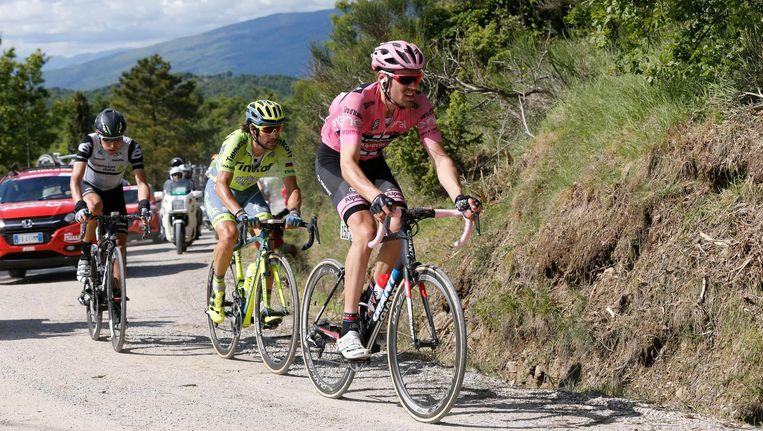 Tom Dumoulin rijdt in de roze trui de Alpe di Poti op. Beeld Foto: Yuzuru Sunada / HH