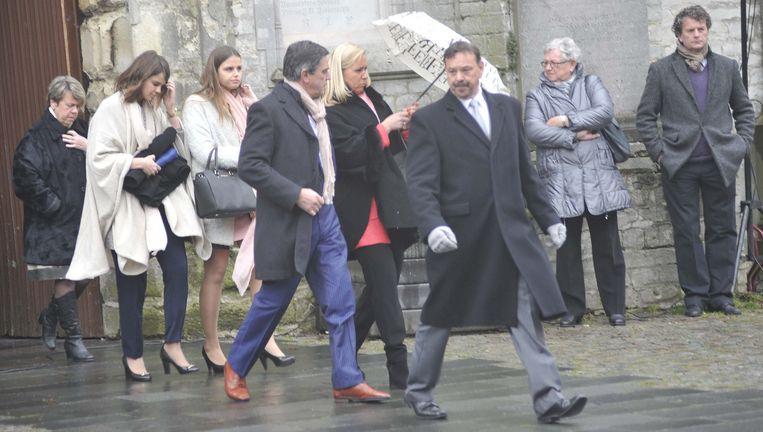 De ouders en zussen van Margaux komen de kerk uit.