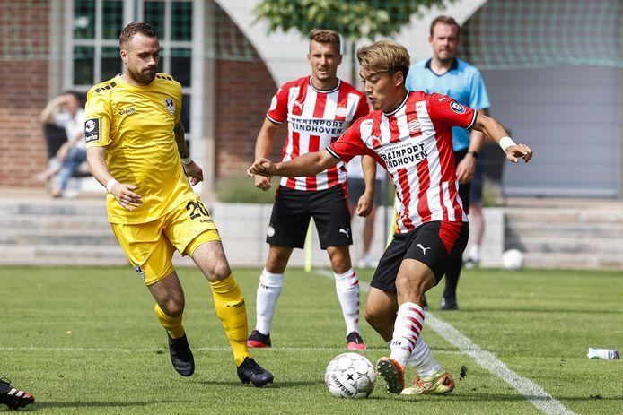 Michal Sadílek kijkt toe hoe Ritsu Doan probeert om gevaar te stichten tegen KFC Uerdingen 05.