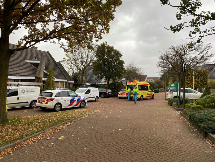 Politie, ambulance en traumaheli rukten uit voor een bij een woning aan de Jazzdreef in Harderwijk van een steiger gevallen schilder.