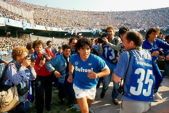 Diego Maradona in het shirt van Napoli in 1986.