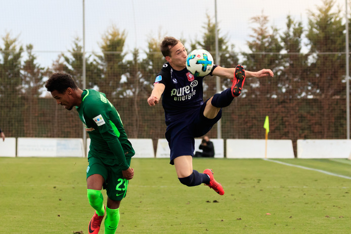 Dejan Trajkovski of FC Twente neemt de bal fraai aan in duel met Theodor Gebreselassie (Werder Bremen)