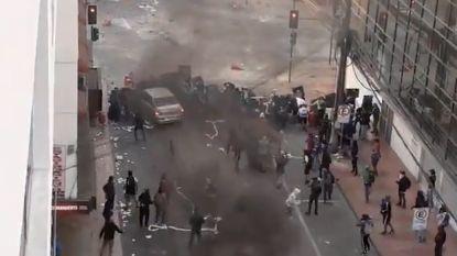 Schokkende beelden: auto rijdt in op demonstranten in Chili