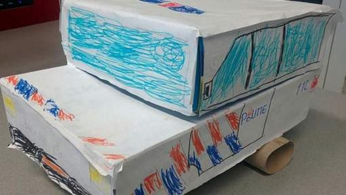 De jonge dief knutselde van karton en wc-rolletjes een cadeau voor de agenten in elkaar