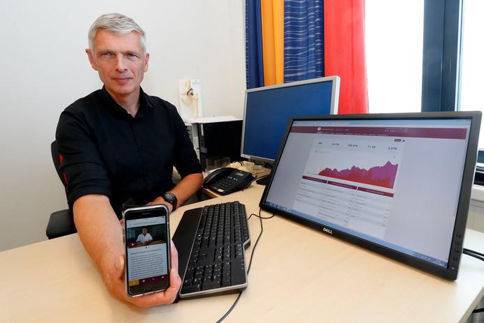 Onderzoeker Walter van der Weegen laat zien hoe het gebruik van de orthopedie-app voor patiënten van het St. Anna Ziekenhuis in Geldrop is gestegen.