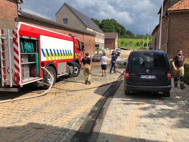 De brandweer rukt uit bij wateroverlast in Klein Gelmen in de zomer van 2019.