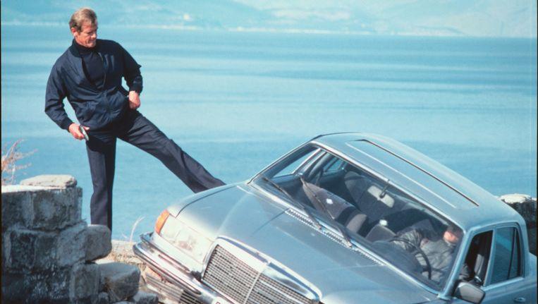 James Bond (Roger Moore) rekent af met een antagonist. Beeld