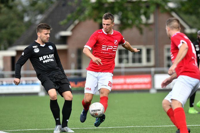 Jan Jurriën Hop (midden) in actie namens VV Hierden in het laatste bekerduel tegen Unicum. Hierden verloor met 3-0.