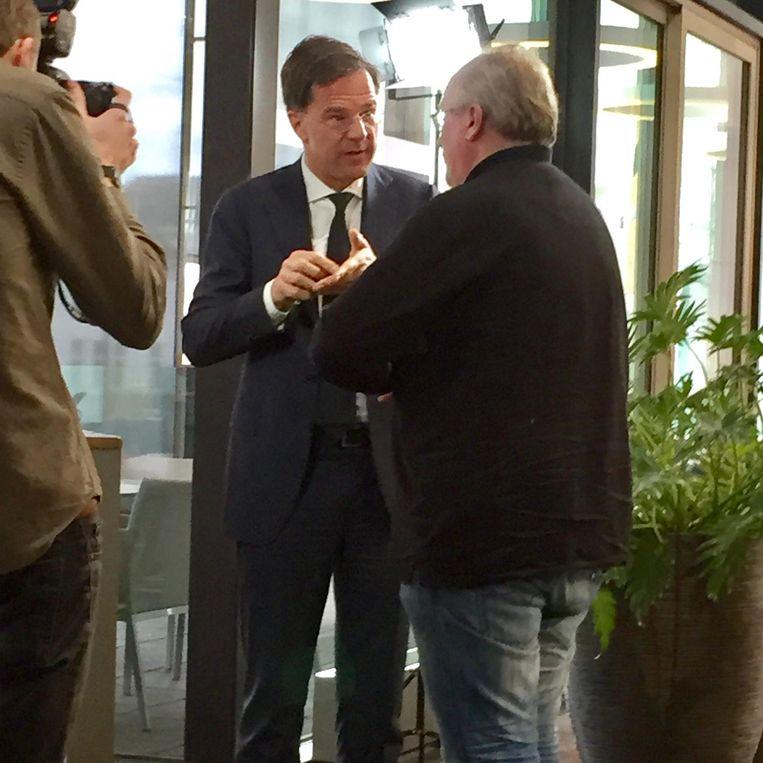Mark Rutte met een lezer van de Gelderlander Beeld